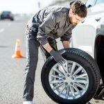 Das richtige Verhalten bei einer Reifenpanne – Fahrzeug absichern als oberste Priorität